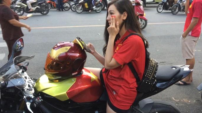 Minh Minh cưỡi chiếc mô tô thể thao có hình dáng rất ngầu