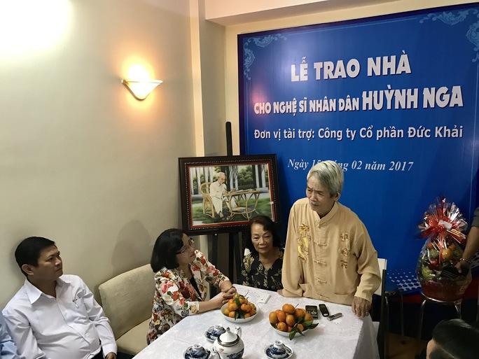 Đạo diễn NSND Huỳnh Nga xúc động nói lời cảm ơn lãnh đạo TP và các nhà tài trợ đã cho ông toại nguyện