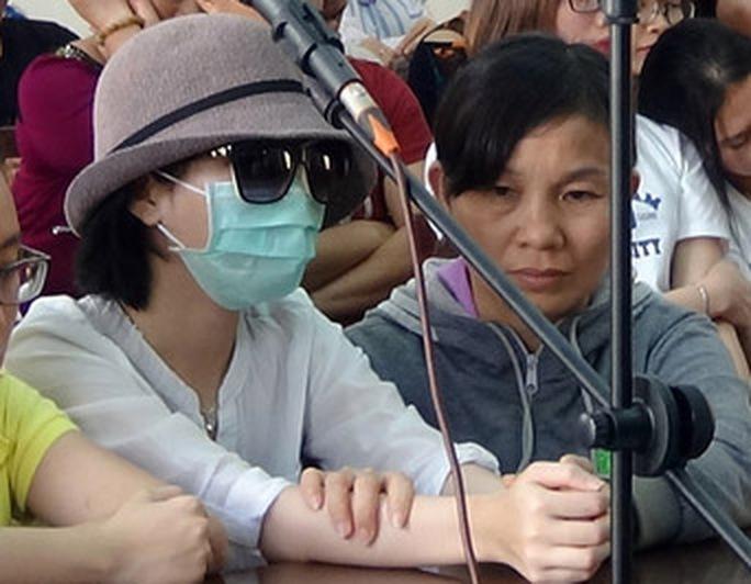 Suốt phiên tòa, mẹ của H. xoa bóp các phần cơ bị đau đớn của con gái.