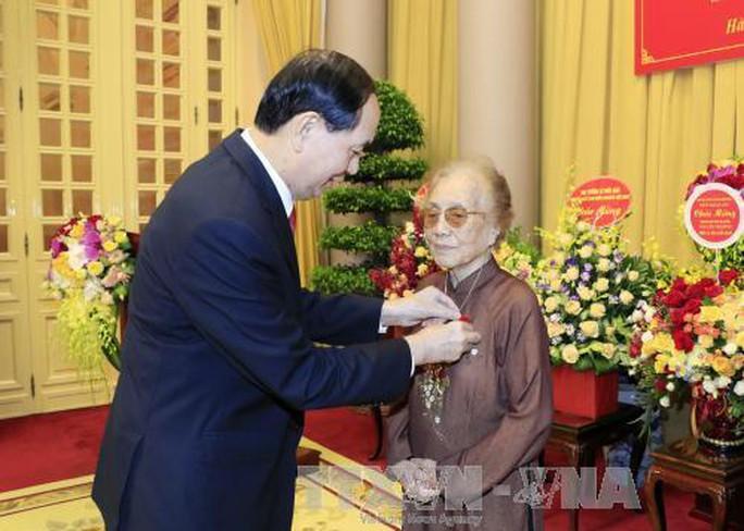 Trao tặng nguyên Phó Chủ tịch nước Nguyễn Thị Bình huy hiệu 70 năm tuổi Đảng - Ảnh 1.