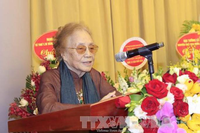 Trao tặng nguyên Phó Chủ tịch nước Nguyễn Thị Bình huy hiệu 70 năm tuổi Đảng - Ảnh 2.