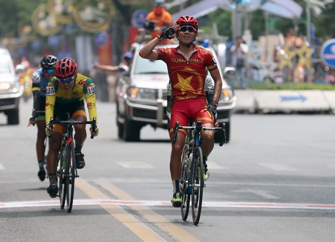 Huỳnh Thanh Tùng (Quân khu 7) cán mức đầu tiên ở ngay trước Hội trường Thống Nhất.