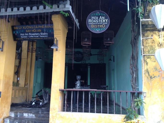 Ngôi nhà cổ số 95 Nguyễn Thái Học bị hỏa hoạn viếng thăm (nhà có 2 mặt tiền, phía sau là đường Bạch Đằng)