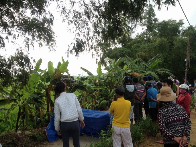 Nhiều người dân tập trung tại hiện trường theo dõi cơ quan chức năng khám nghiệm tử thi Ảnh: Lộc Bằng
