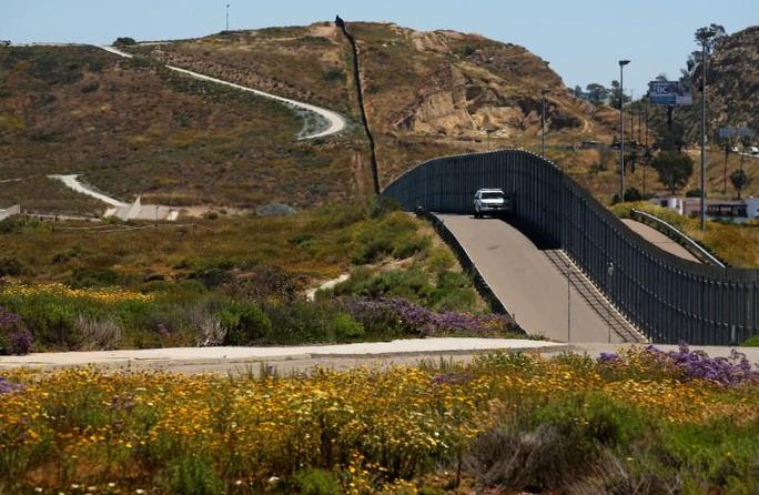 Ông Donald Trump không xây kín tường biên giới với Mexico - Ảnh 1.