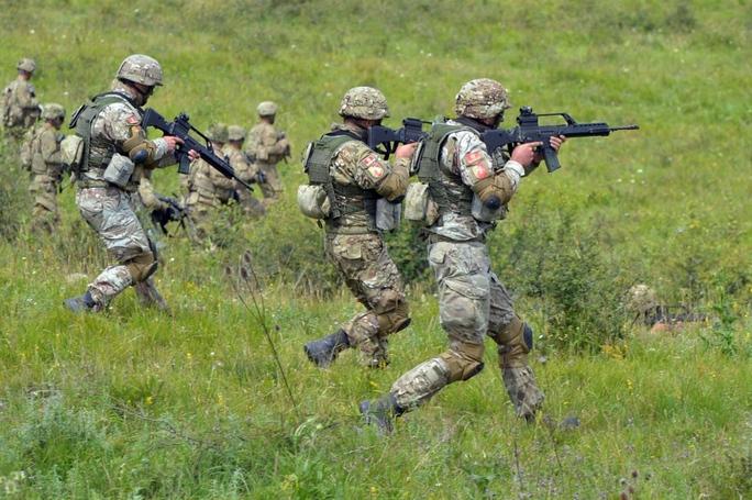 NATO tập trận rầm rộ tại Romania - Ảnh 1.