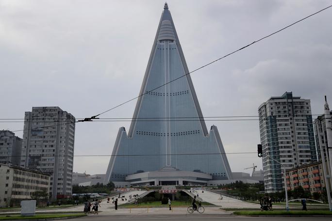 Bắn tên lửa xong, Triều Tiên xử tiếp khách sạn hoang phế vài thập kỷ? - Ảnh 2.