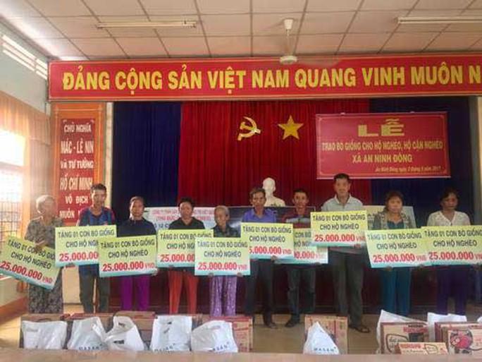 Các hộ gia đình tại xã An Ninh Đông nhận hỗ trợ nguồn vốn mua bò giống
