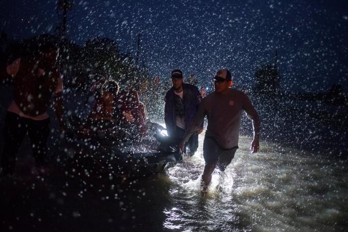 Tấm ảnh ám ảnh của nạn nhân thiệt mạng trong bão Harvey - Ảnh 17.
