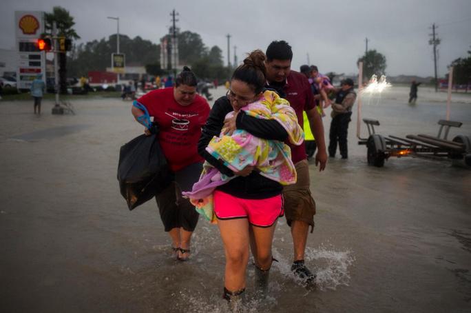 Tấm ảnh ám ảnh của nạn nhân thiệt mạng trong bão Harvey - Ảnh 15.