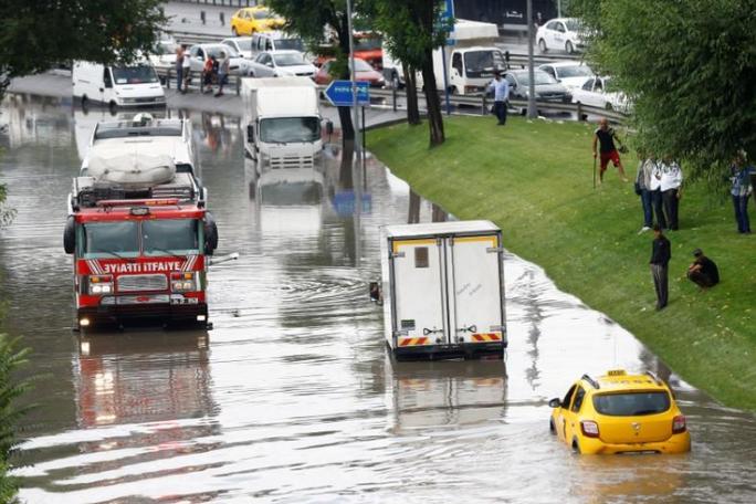 Mưa lớn, xe cộ bị nhấn chìm, người bơi trên phố - Ảnh 5.
