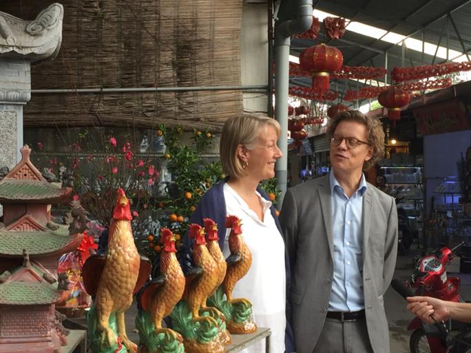 Đại sứ Thụy Điển Pereric Högberg và phu nhân thăm làng gốm Bát Tràng (Hà Nội) trước Tết Nguyên Đán
