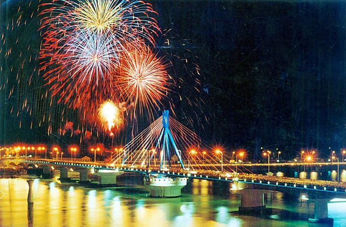 Lễ hội pháo hoa quốc tế Đà Nẵng những năm trước luôn thu hút du khách đến thưởng lãm
