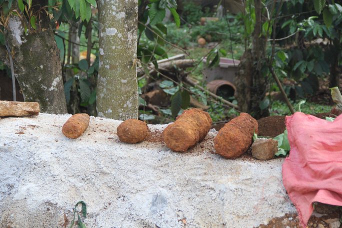 4 quả đạn pháo 105 ly được phát hiện khi xe tải đổ đất làm đường Phan Đình Phùng (TP Bảo Lộc, Lâm Đồng).