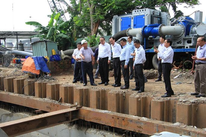 Bí thư Nguyễn Thiện Nhân thị sát siêu máy bơm chống ngập trước giờ vận hành - Ảnh 1.