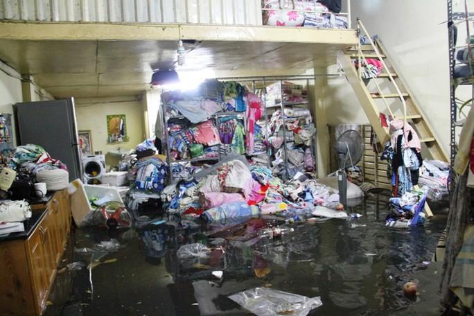 Nước tràn vào lênh láng, gây hư hỏng tài sản của nhiều nhà