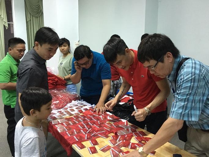 Công Vinh trực tiếp ký tặng, bán áo cũng như vé xem cả mùa giải của CLB TP HCM cho người hâm mộ
