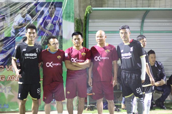 Cầu thủ Lê Hoàng Thiên (trái) là người đề xuất ý tưởng được các đồng nghiệp chung tay hưởng ứng