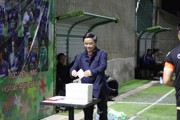 Trưởng đoàn HAGL Nguyễn Tấn Anh đóng góp một phần thành ý với mong muốn các bệnh nhân nghèo ở bệnh viện Đa khoa tỉnh Gia Lai có thêm chút quà Tết