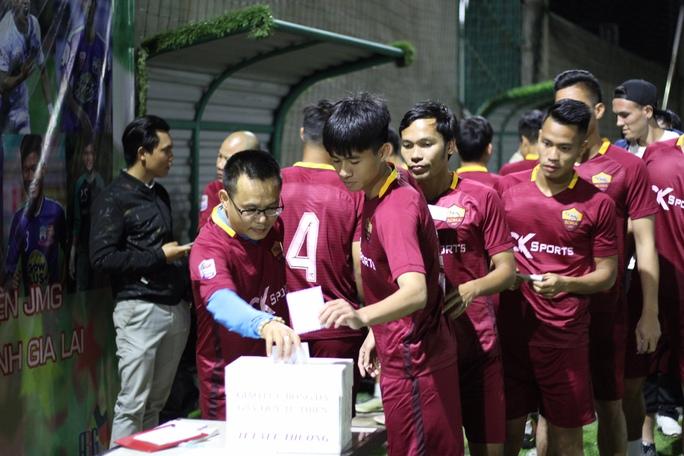 Các cầu thủ HAGL cùng nhau quyên góp vì bệnh nhân nghèo
