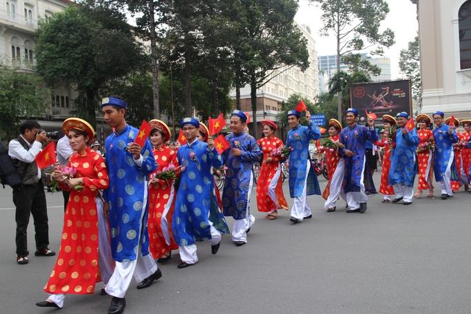 200 cô dâu, chú rể đạp xe diễu hành trong ngày Quốc Khánh - Ảnh 5.