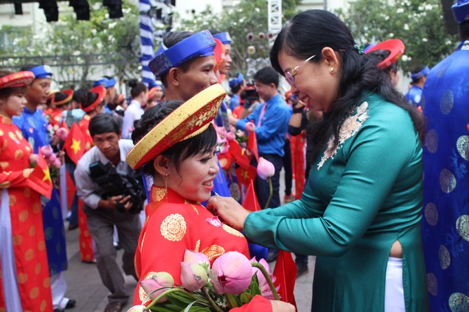 200 cô dâu, chú rể đạp xe diễu hành trong ngày Quốc Khánh - Ảnh 6.