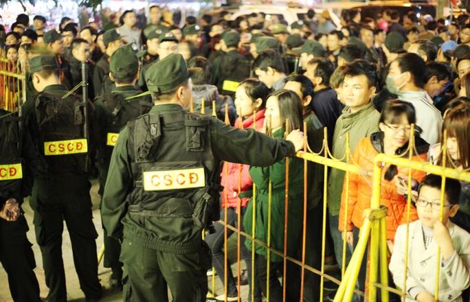 An ninh được thắt chặt, ngăn không cho du khách xông vào trong đền trong giờ khai ấn
