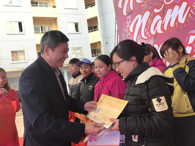 Phó Chủ tịch Thường trực Tổng LĐLĐ Việt Nam, ông Trần Thanh Hải, trao quà và vé xe Tết cho công nhân tại KCN Thăng Long - Ảnh: Văn Duẩn