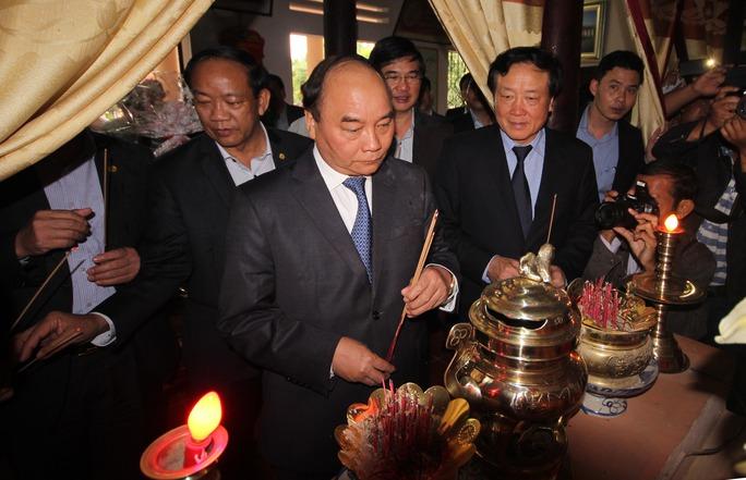 Thủ tướng Nguyễn Xuân Phúc viếng hương Mẹ Việt Nam Anh hùng Nguyễn Thị Thứ