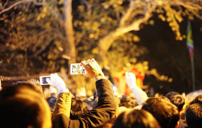 Nhiều du khách bật điện thoại ghi lại khoảng khắc trong đêm khai ấn đền Trần