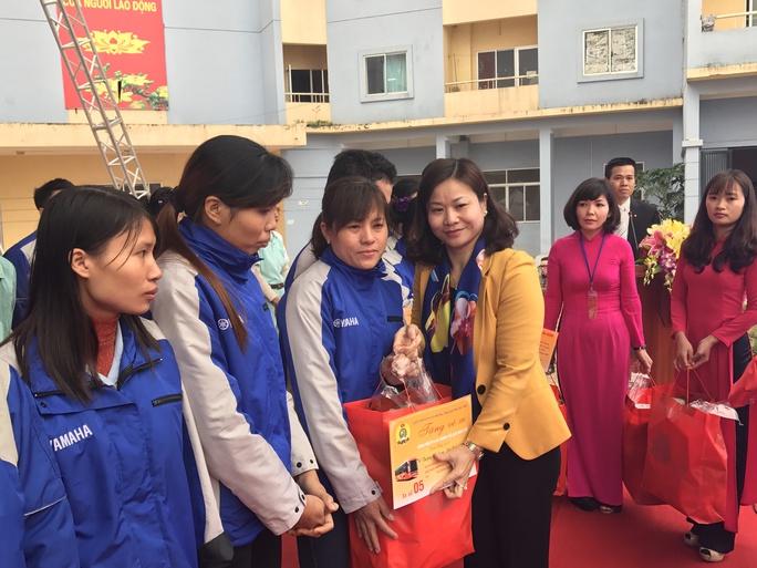 Bà Nguyễn Thị Tuyến, Chủ tịch LĐLĐ TP Hà Nội, trao quà cho công nhân - Ảnh: Văn Duẩn