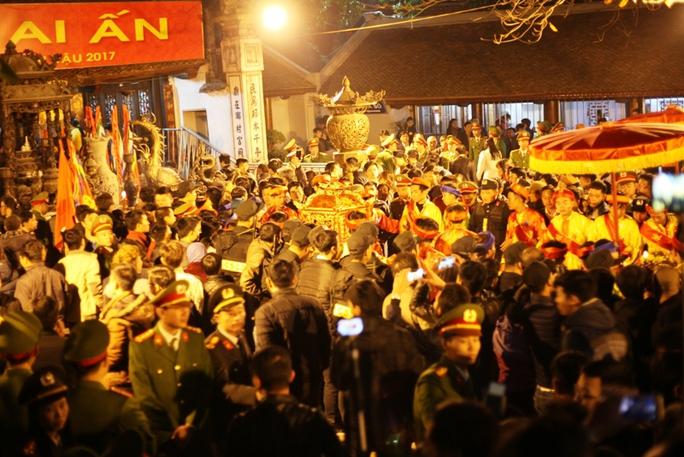 Người dân chen nhau vào lễ, cầu may trong đền sau giờ khai ấn