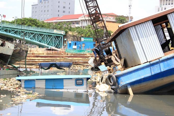 Sà lan lật, đè chìm tàu ở dự án chống ngập 10.000 tỉ đồng - Ảnh 2.