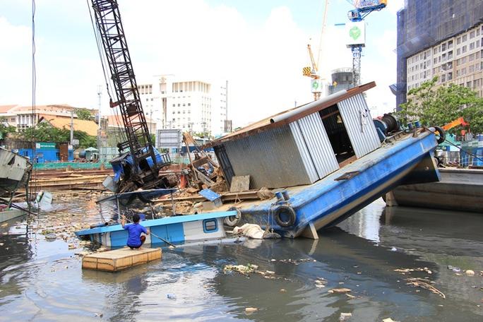 Sà lan lật, đè chìm tàu ở dự án chống ngập 10.000 tỉ đồng - Ảnh 1.