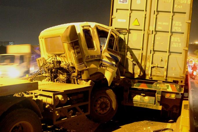 Ba xe container tông nhau liên hoàn trên cầu Phú Mỹ - Ảnh 1.