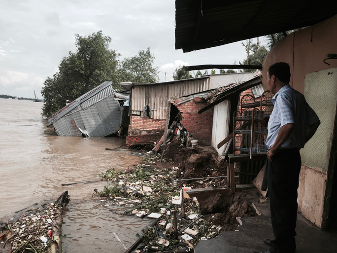 Sạt lở khiến hàng chục căn nhà và người bị lôi xuống sông - Ảnh 1.