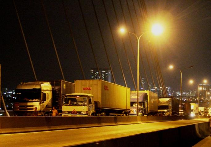 Ba xe container tông nhau liên hoàn trên cầu Phú Mỹ - Ảnh 3.