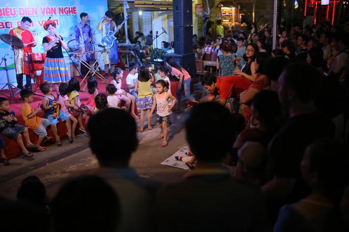 Hàng ngàn du khách đổ về phố đi bộ Bùi Viện trong ngày ra mắt - Ảnh 13.