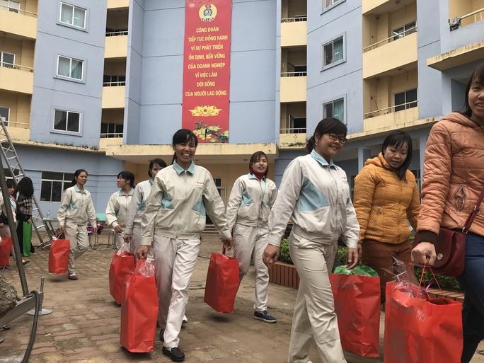 Niềm vui của những công nhân khi đón nhận những món quà, tấm lòng của các cấp công đoàn, mỗi độ Tết đến, Xuân về - Ảnh: Văn Duẩn