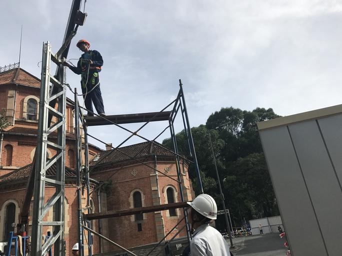 Tường rào công trình Nhà thờ Đức Bà bị bôi bẩn - Ảnh 1.