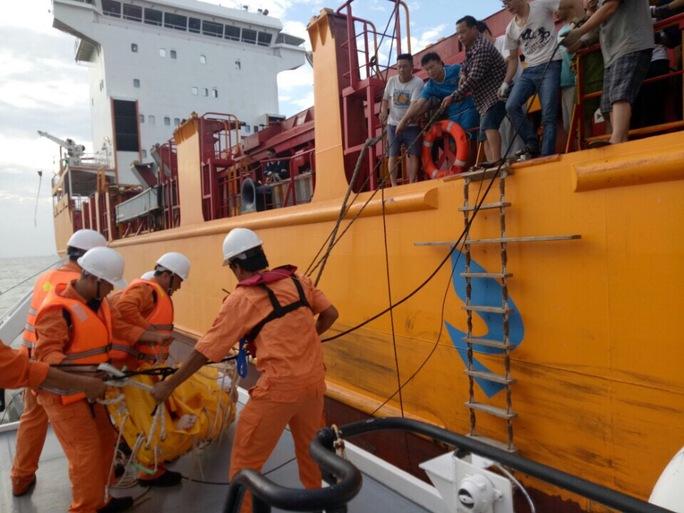 Cứu thuyền viên Trung Quốc bị đột quỵ trên biển - Ảnh 1.