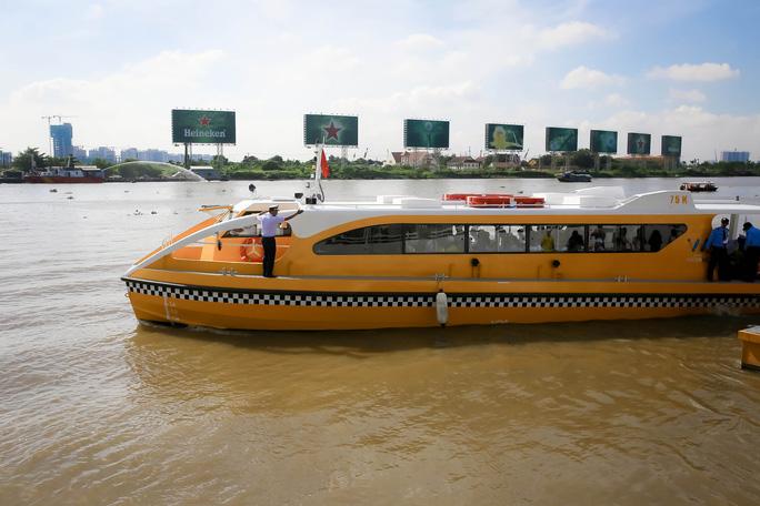 Ngắm tàu buýt đường sông đầu tiên tại TP HCM - Ảnh 5.