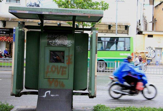 Toàn cảnh hoang phế của trạm thông tin xe buýt, du lịch - Ảnh 3.