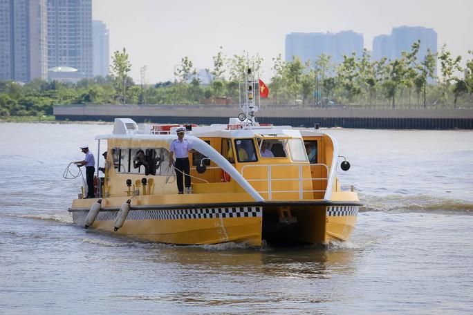 Ngắm tàu buýt đường sông đầu tiên tại TP HCM - Ảnh 9.