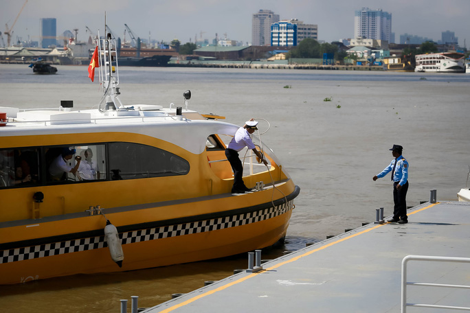 Ngắm tàu buýt đường sông đầu tiên tại TP HCM - Ảnh 10.
