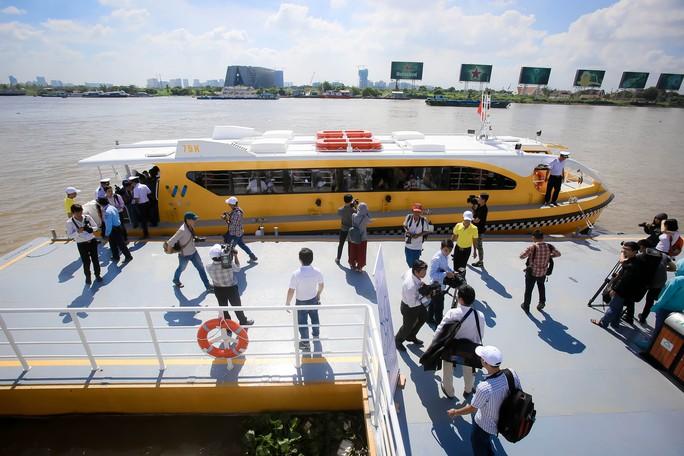 Ngắm tàu buýt đường sông đầu tiên tại TP HCM - Ảnh 1.