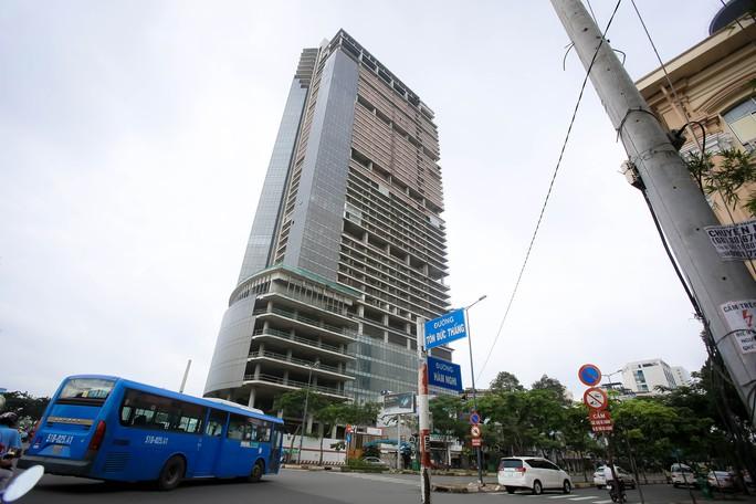 Cận cảnh cao ốc 42 tầng vừa bị xiết nợ ở TP HCM - Ảnh 3.