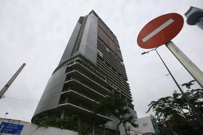 Cận cảnh cao ốc 42 tầng vừa bị xiết nợ ở TP HCM - Ảnh 2.
