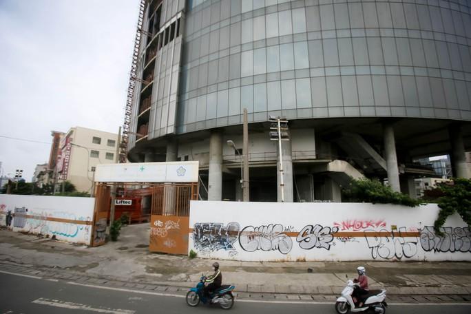Cận cảnh cao ốc 42 tầng vừa bị xiết nợ ở TP HCM - Ảnh 6.