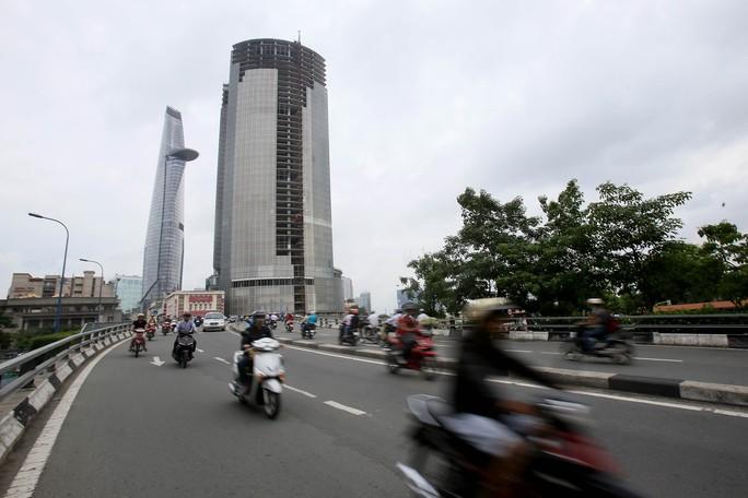 Cận cảnh cao ốc 42 tầng vừa bị xiết nợ ở TP HCM - Ảnh 1.